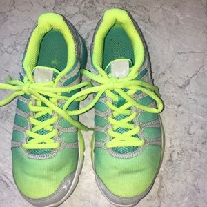 UNDER ARMOUR Sz 2 Youth shoes green/yellow